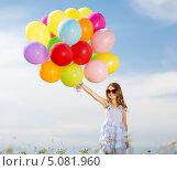 Счастливая девочка с разноцветными воздушными шариками. Стоковое фото, фотограф Syda Productions / Фотобанк Лори