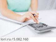 Купить «Деловая женщина с калькулятором работает с бумагами», фото № 5082160, снято 1 июня 2013 г. (c) Syda Productions / Фотобанк Лори