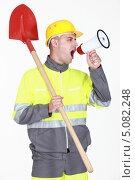 Купить «Рабочий с красной лопатой кричит в мегафон», фото № 5082248, снято 11 апреля 2011 г. (c) Phovoir Images / Фотобанк Лори