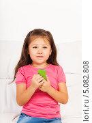 Девочка сидит на диване с телефоном. Стоковое фото, фотограф Сергей Новиков / Фотобанк Лори