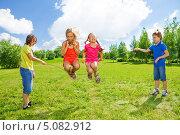 Купить «Девочки прыгают через скакалку на природе», фото № 5082912, снято 17 августа 2013 г. (c) Сергей Новиков / Фотобанк Лори