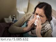 Купить «Простуженная девушка сморкается в кровати», фото № 5085632, снято 11 мая 2013 г. (c) CandyBox Images / Фотобанк Лори