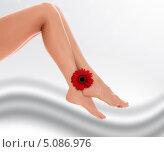 Трогают женские ноги — 6