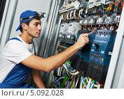 Купить «Электрик у электрического щитка», фото № 5092028, снято 21 августа 2013 г. (c) Дмитрий Калиновский / Фотобанк Лори