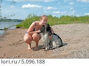 Купить «Девушка со спаниелем на берегу реки», фото № 5096188, снято 13 июля 2013 г. (c) Андрей Некрасов / Фотобанк Лори