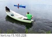 Купить «Лодка и каяк на озере. Большое плавание», фото № 5103228, снято 5 июля 2013 г. (c) Валерия Попова / Фотобанк Лори