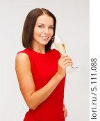 Купить «Красивая молодая брюнетка в красном платье с бокалом шампанского», фото № 5111088, снято 15 августа 2013 г. (c) Syda Productions / Фотобанк Лори