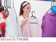 Купить «Брюнетка выбирает наряд», фото № 5114060, снято 29 августа 2012 г. (c) Wavebreak Media / Фотобанк Лори