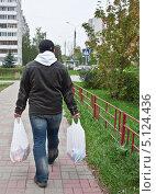 Купить «Мужчина идет домой с продуктами из магазина», фото № 5124436, снято 5 октября 2013 г. (c) Элина Гаревская / Фотобанк Лори