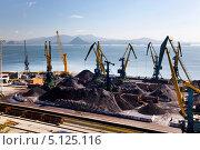 Купить «Угольный терминал в порту Находки», фото № 5125116, снято 15 сентября 2013 г. (c) Наталья Волкова / Фотобанк Лори