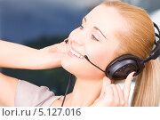 Купить «Дружелюбная сотрудница телефонной поддержки отвечает на звонок», фото № 5127016, снято 6 июня 2009 г. (c) Syda Productions / Фотобанк Лори