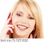 Купить «Счастливая девушка отвечает на звонок по мобильному телефону», фото № 5127032, снято 31 мая 2009 г. (c) Syda Productions / Фотобанк Лори