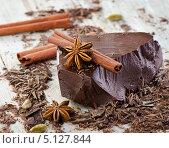 Шоколадный кусок с бадьяном (звездчатым анисом) и палочками корицы. Стоковое фото, фотограф Tatjana Baibakova / Фотобанк Лори