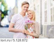 Купить «Молодой человек пришел на свидание с девушкой с букетом цветов», фото № 5128872, снято 6 сентября 2013 г. (c) Syda Productions / Фотобанк Лори