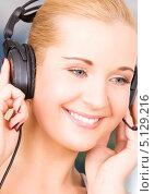 Купить «Привлекательная телефонная операционистка отвечает на звонок в офисе кол-центра», фото № 5129216, снято 6 июня 2009 г. (c) Syda Productions / Фотобанк Лори