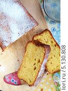 Итальянский влажный апельсиновый кекс с цедрой апельсина на деревянном столе. Стоковое фото, фотограф Попкова Ольга / Фотобанк Лори