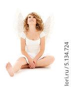 Очаровательная девушка с волнистыми волосами с крыльями ангела на белом фоне. Стоковое фото, фотограф Syda Productions / Фотобанк Лори