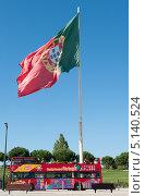 Португальский флаг и туристический автобус. Лиссабон. Португалия (2013 год). Редакционное фото, фотограф E. O. / Фотобанк Лори