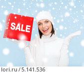 Купить «Счастливая девушка с радостью сообщает о начале сезона скидок», фото № 5141536, снято 15 августа 2013 г. (c) Syda Productions / Фотобанк Лори