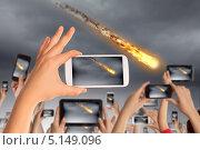 Купить «Люди снимают падение метеорита на телефоны», фото № 5149096, снято 4 апреля 2013 г. (c) Sergey Nivens / Фотобанк Лори