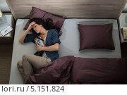 Несчастная женщина с фотографией умершего мужа в кровати. Стоковое фото, фотограф CandyBox Images / Фотобанк Лори