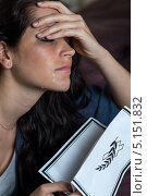 Плачущая девушка с некрологом. Стоковое фото, фотограф CandyBox Images / Фотобанк Лори