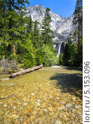 Река и водопад в парке Йосемити в США (2011 год). Стоковое фото, фотограф Aleksandr Stzhalkovski / Фотобанк Лори