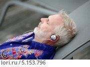 Купить «Пожилой человек лежит на мягком лежаке и слушает музыку», фото № 5153796, снято 13 марта 2009 г. (c) Phovoir Images / Фотобанк Лори