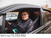 Купить «Девушка за рулем автомобиля», эксклюзивное фото № 5153992, снято 4 октября 2013 г. (c) Иван Карпов / Фотобанк Лори