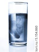 Купить «Таблетка растворяется в воде», фото № 5154860, снято 11 октября 2009 г. (c) Станислав Фридкин / Фотобанк Лори