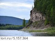 Скала на берегу реки. Стоковое фото, фотограф Александр Соловьев / Фотобанк Лори