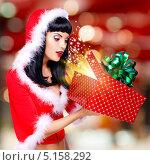 Купить «Сюрприз. Удивленная девушка в новогоднем карнавальном костюме открывает подарочную коробку с волшебным светом внутри», фото № 5158292, снято 3 октября 2013 г. (c) Валуа Виталий / Фотобанк Лори