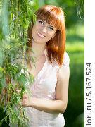 Купить «Портрет улыбающейся  рыжей девушки в летнем парке», фото № 5167524, снято 10 мая 2013 г. (c) Сергей Сухоруков / Фотобанк Лори