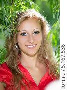 Купить «Портрет блондинки на природе в солнечный день», фото № 5167536, снято 10 мая 2013 г. (c) Сергей Сухоруков / Фотобанк Лори