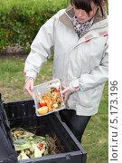 Купить «Женщина готовит компост из мусора», фото № 5173196, снято 4 мая 2010 г. (c) Phovoir Images / Фотобанк Лори