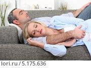 Девушка спит возле мужа на диване. Стоковое фото, фотограф Phovoir Images / Фотобанк Лори
