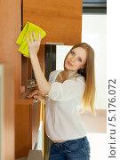 Купить «Длинноволосая блондинка протирает шкаф от пыли», фото № 5176072, снято 22 мая 2013 г. (c) Яков Филимонов / Фотобанк Лори