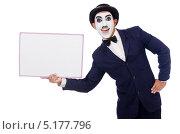 Мужчина, загримированный под Чарли Чаплина держит в руках пустую маркерную доску, Изолировано на белом. Стоковое фото, фотограф Elnur / Фотобанк Лори