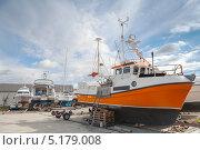 Купить «Малые рыболовные суда на побережье в норвежской пристани», фото № 5179008, снято 12 мая 2013 г. (c) EugeneSergeev / Фотобанк Лори