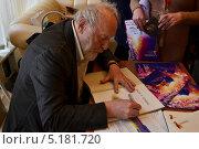 Юрий Норштейн подписывает книги (2012 год). Редакционное фото, фотограф Наталья Уварова / Фотобанк Лори