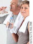 Купить «Семейная пара немолодых людей пьет воду после тренировки», фото № 5182788, снято 13 апреля 2010 г. (c) Phovoir Images / Фотобанк Лори