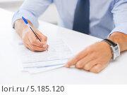 Купить «Бизнесмен средних лет работает за столом в офисе», фото № 5185120, снято 9 июня 2013 г. (c) Syda Productions / Фотобанк Лори