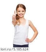 Купить «Счастливая девочка с хвостиком в длинной белой футболке», фото № 5185624, снято 9 октября 2013 г. (c) Syda Productions / Фотобанк Лори
