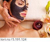 Купить «Девушка с косметической маской на лице в спа-салоне», фото № 5191124, снято 8 октября 2013 г. (c) Валуа Виталий / Фотобанк Лори