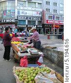 Купить «Мелкая торговля на улицах Китая», фото № 5194616, снято 27 мая 2011 г. (c) Корнилова Светлана / Фотобанк Лори