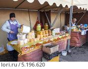 Купить «Продажа меда на сельскохозяйственном рынке», фото № 5196620, снято 21 ноября 2018 г. (c) FotograFF / Фотобанк Лори