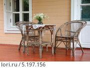 Дачная плетеная мебель на веранде дома (2013 год). Редакционное фото, фотограф Татьяна Цибушок / Фотобанк Лори