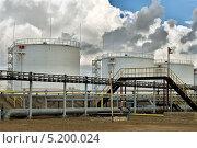Купить «Резервуары с нефтью», фото № 5200024, снято 11 сентября 2013 г. (c) Александр Малышев / Фотобанк Лори