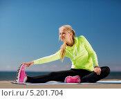 Купить «Энергичная девушка занимается фитнесом на свежем воздухе», фото № 5201704, снято 19 июня 2013 г. (c) Syda Productions / Фотобанк Лори
