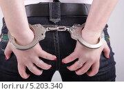 Руки в наручниках. Стоковое фото, фотограф Даниил Петров / Фотобанк Лори